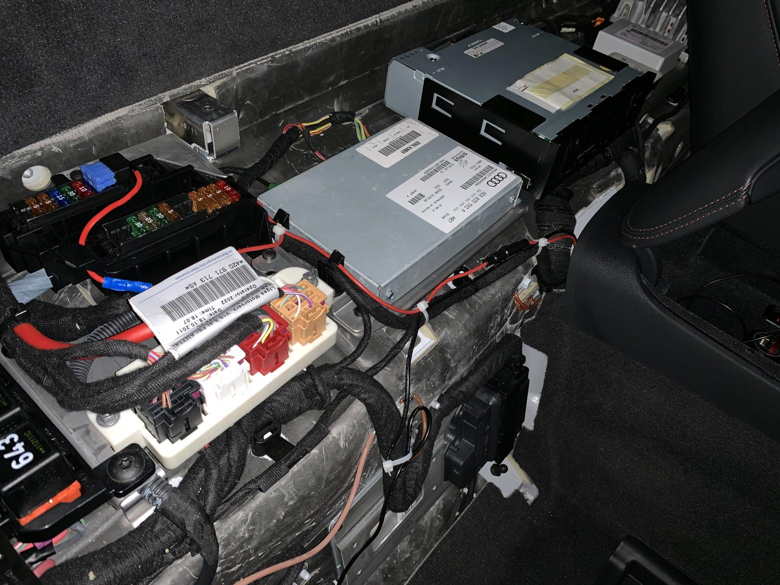 Is there a switched 15 amp fuse behind the seats?-img_1452-1-.jpg